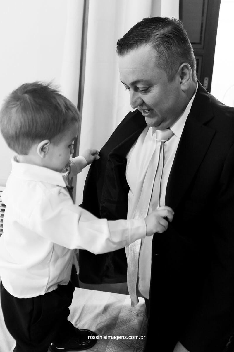 filho ajudando o pai a colocar o palito para o casamento, momento único, sensibilidade, amor de família, @RossinisImagens
