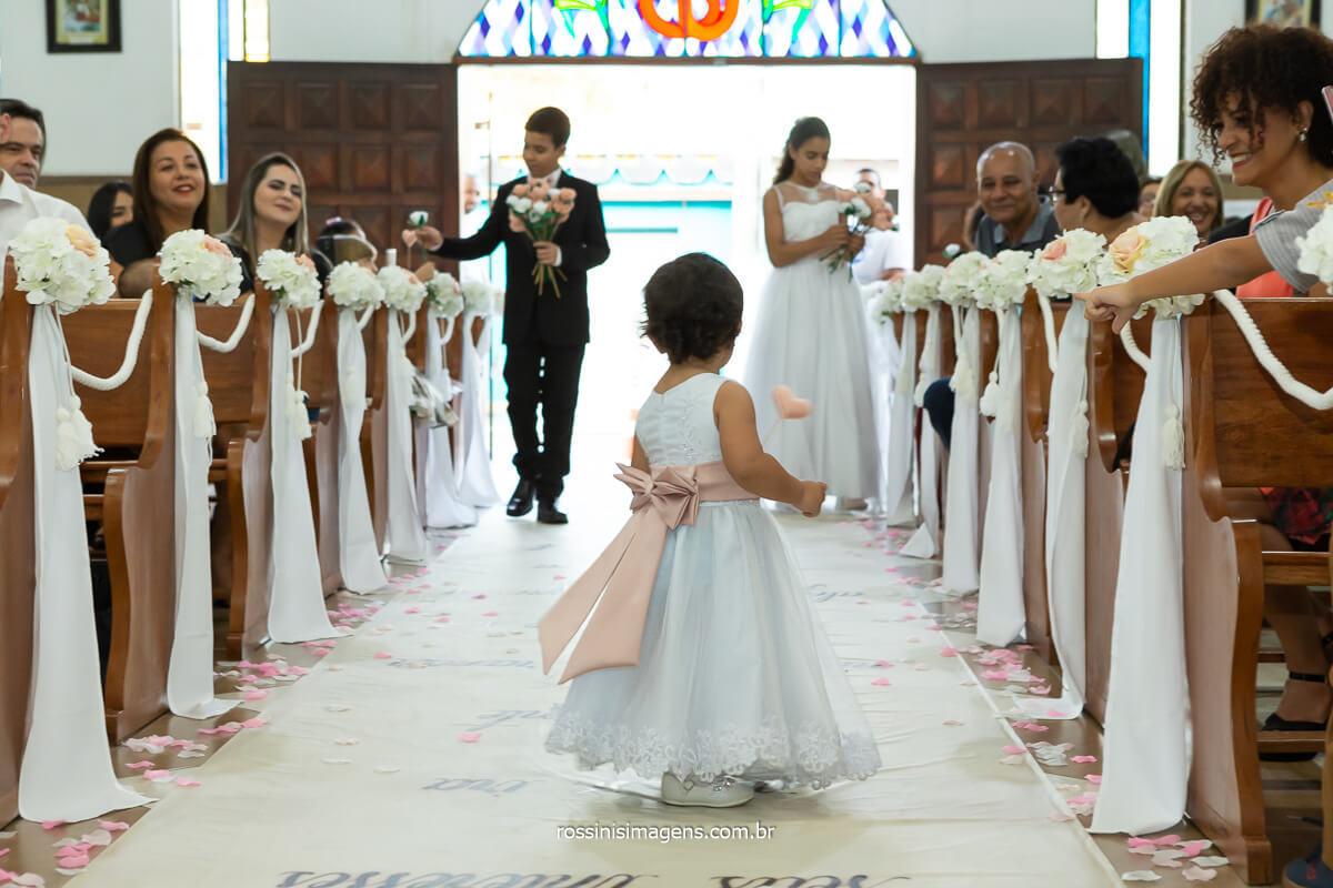 entrada da dama de honra e as flores com homenagem aos noivos os filhos entrando com flores no casamento dos pais, Dani e Sandro Vila Varela - poá  @RossinisImagens
