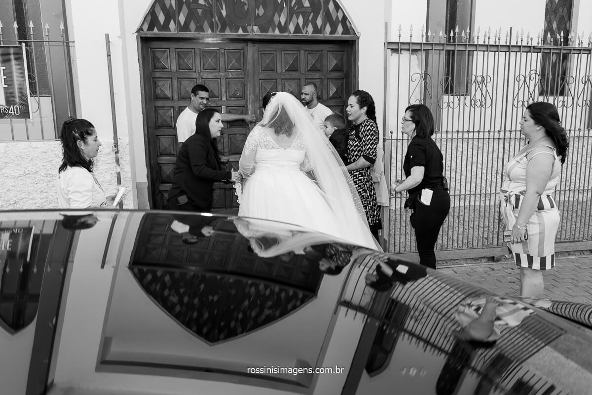Entrada da noiva com ajuda dos anos da assessoria Pamela Salzgeber coordenando esse momento magico e sublime, casamento Dani e Sandro, @RossinisImagens