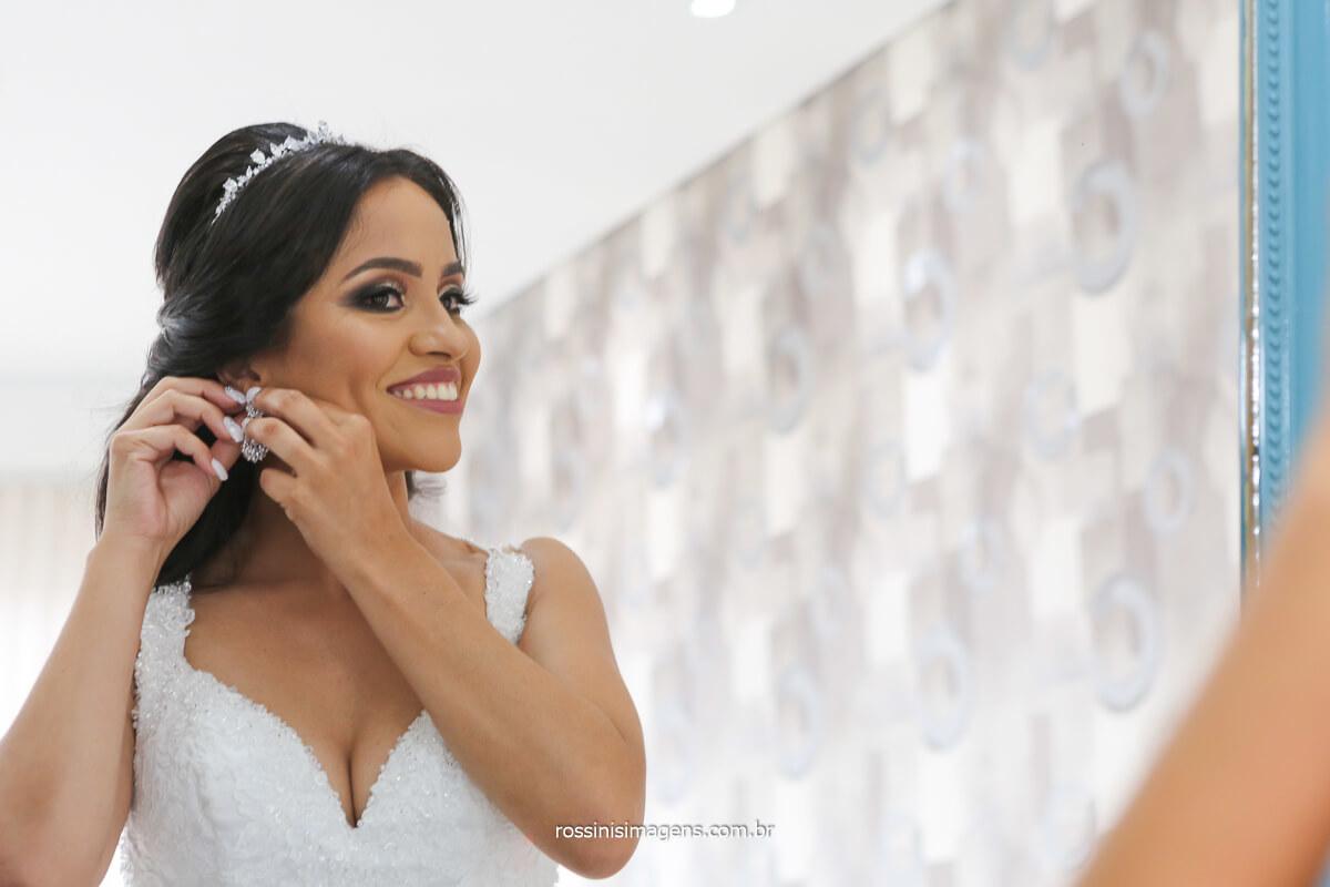 beleza de noiva colocando brinco, dia do casamento, wedding day, felicidade confiança, @RossinisImagens