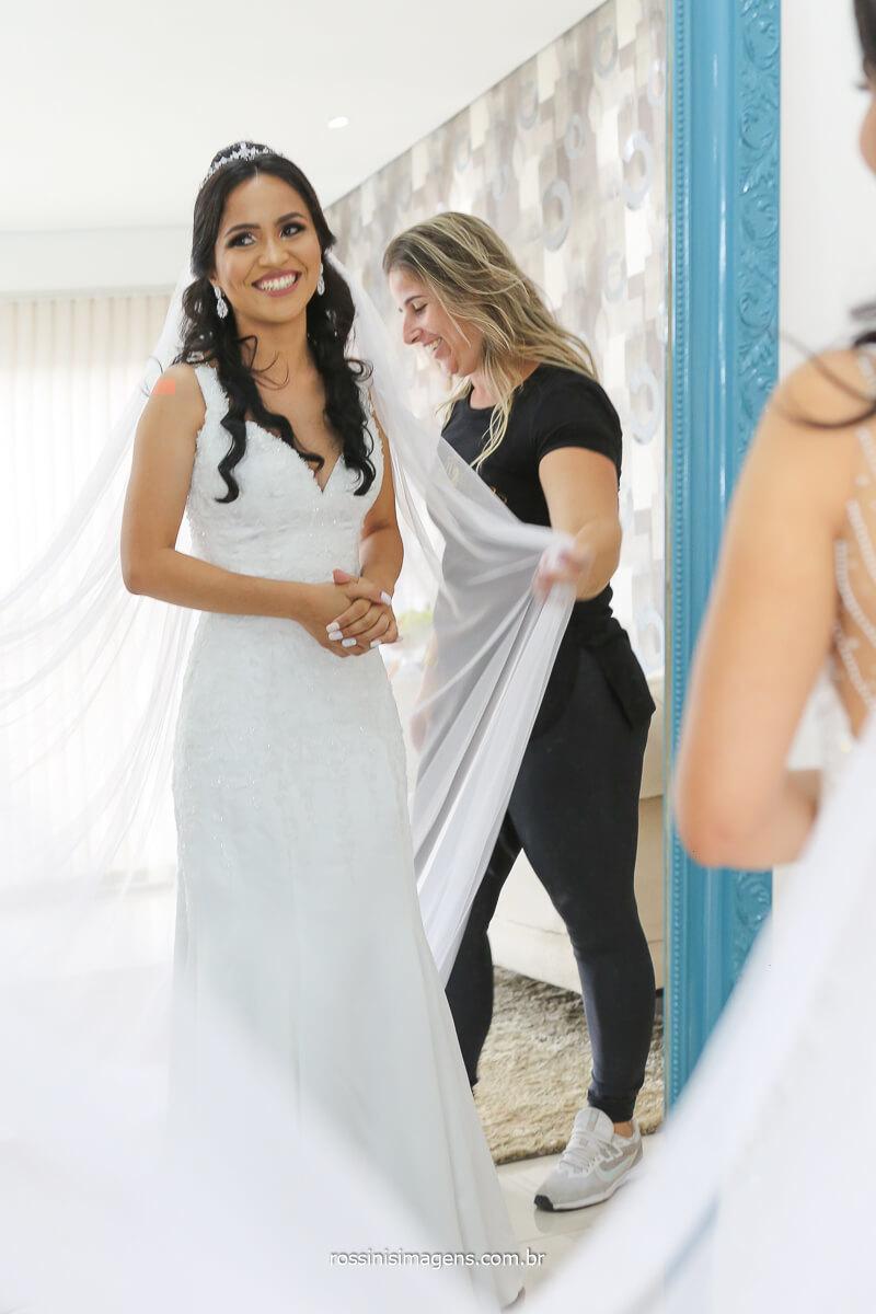 noiva frente ao espelho dia do casamento antes do sim making of dia da noiva, salão de beleza em Suzano fotografia de casamento rossinis imagens