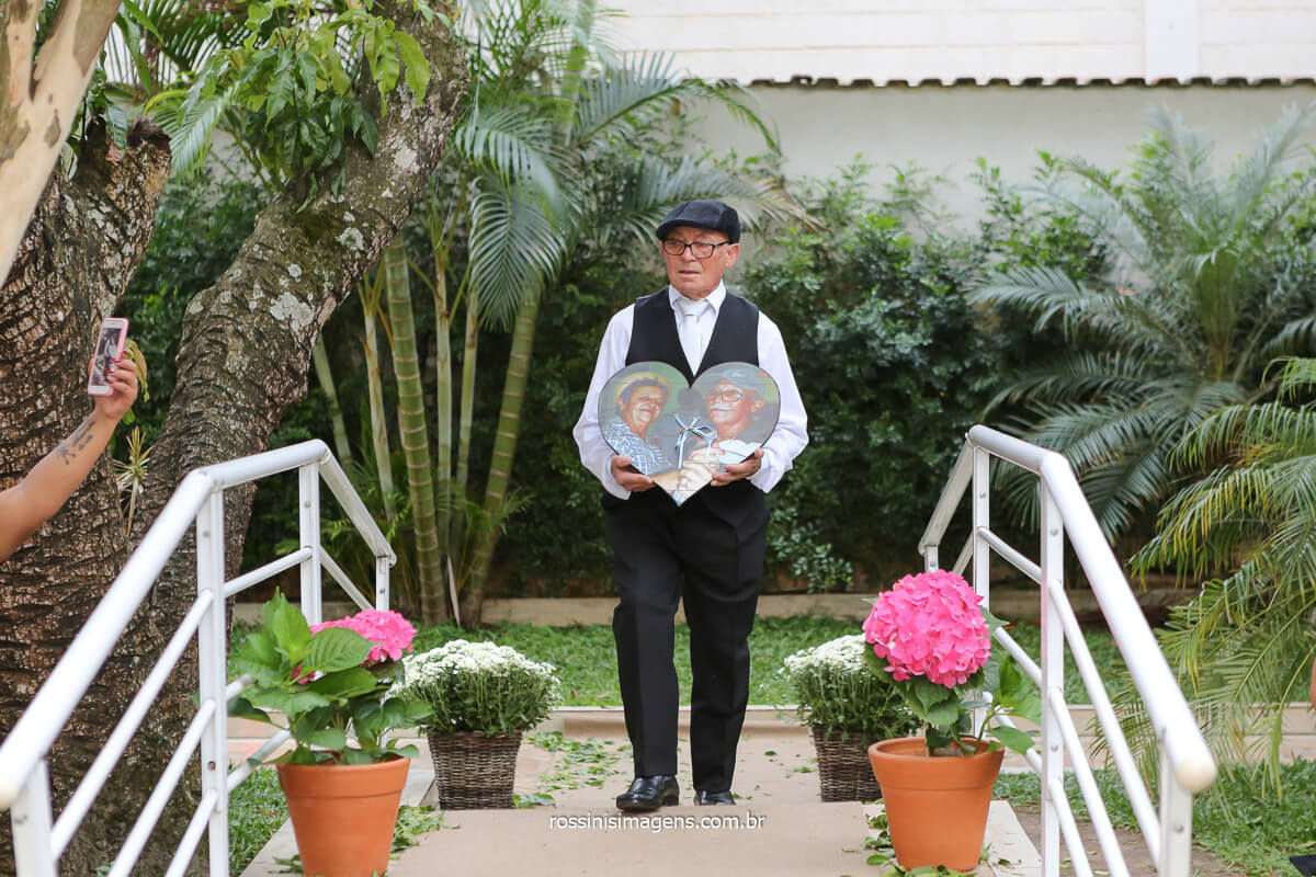foto da entrada do quadro em homenagem ao avo da noiva momento de muita emoção