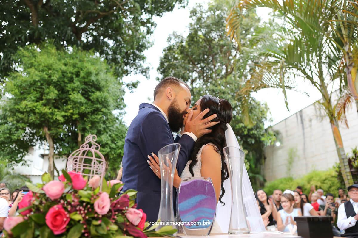 primeiro beijo de casados, casamento ao ar livre em itaqua, @RossinisImagens