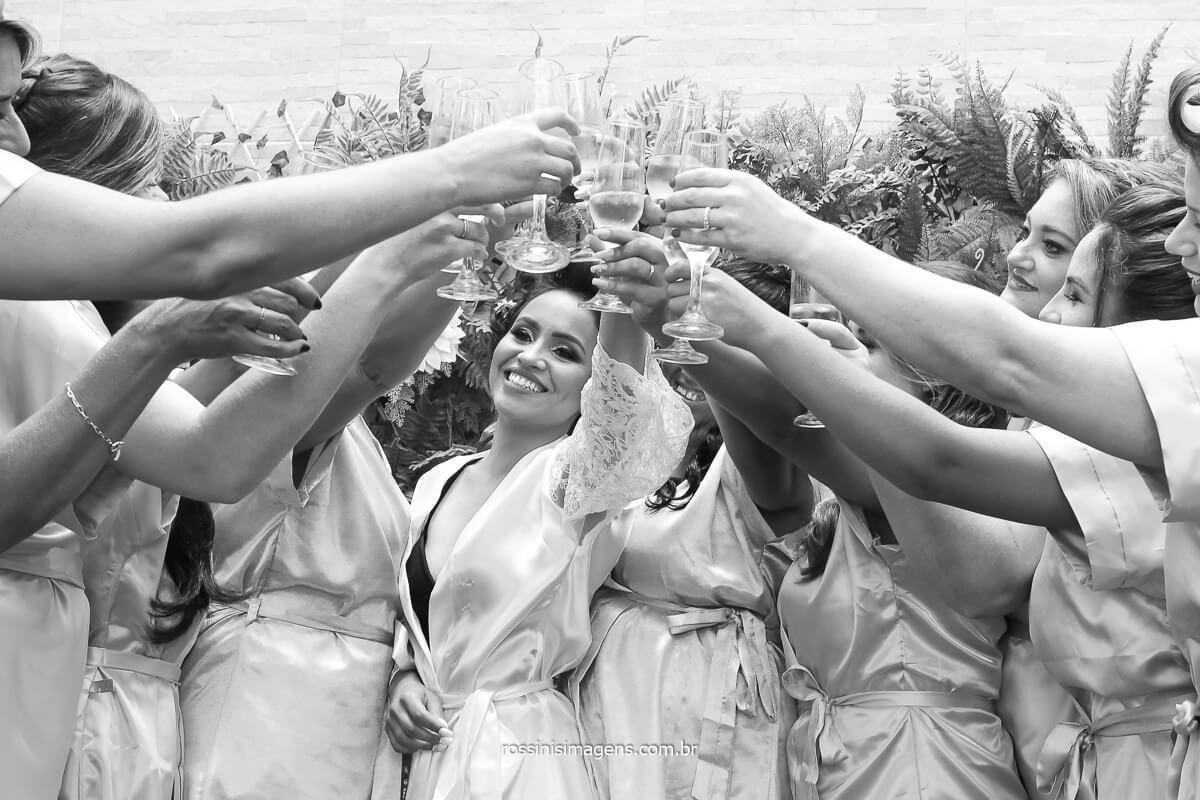 comemoração da noiva com as madrinhas no making of dia da noiva em Suzano, makinfg of em Suzano, casamento em Suzano, noiva de Suzano