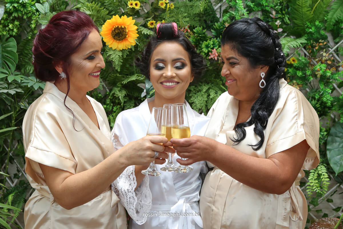 noiva mãe e sogra juntas no making of dia da noiva, quando fazer o dia da noiva com as maes para poder brindar ao casamento, @RossinisImagens