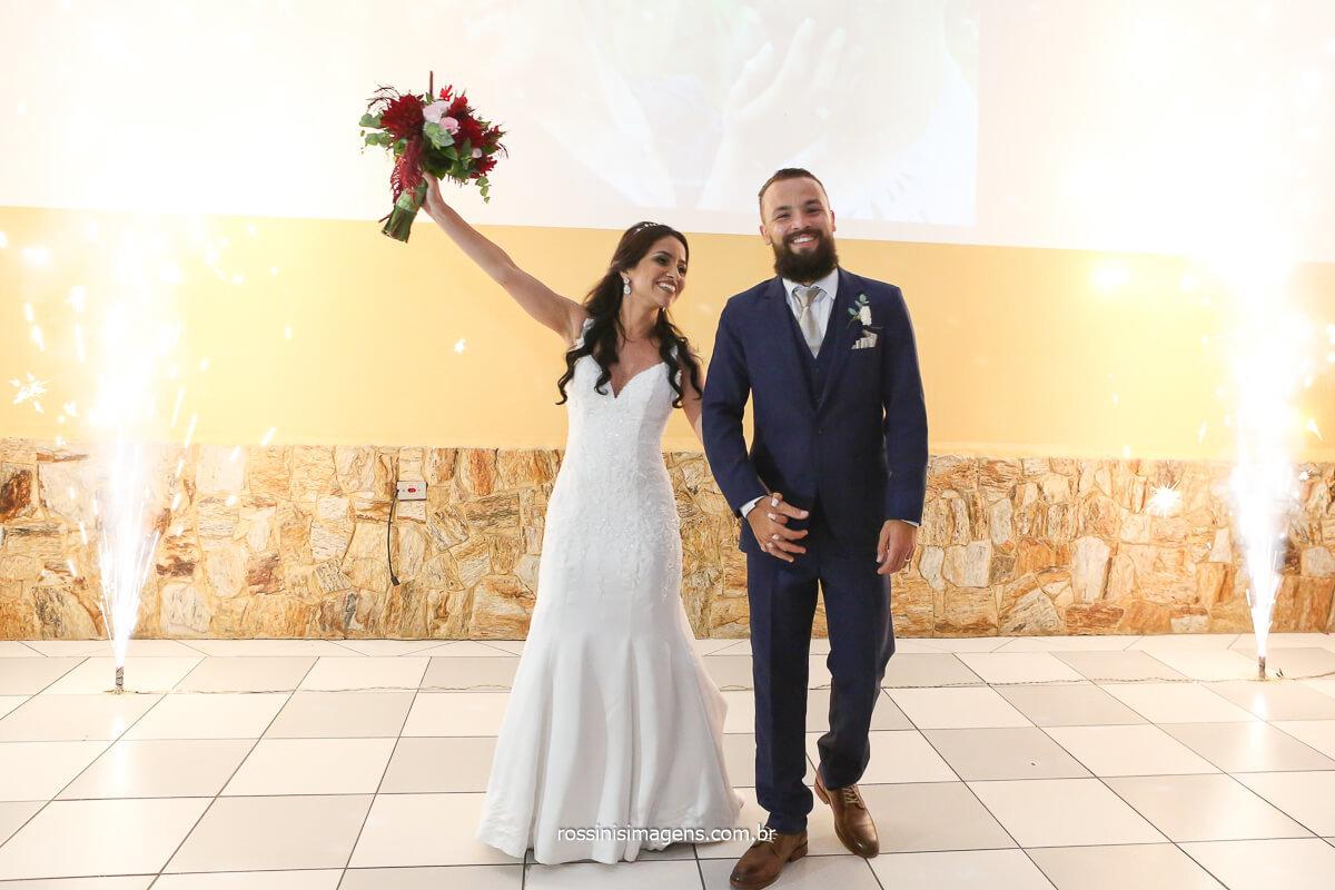 recepção dos noivos, entrada no salão de festas, lotus buffet, decoração flor de Lotus, chuva de prata, @RossinisImagens