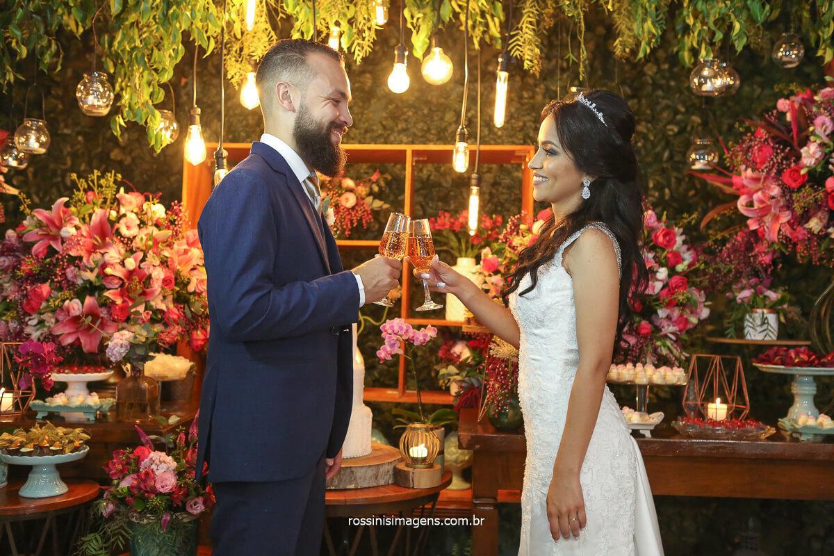 fotografia do casal na mesa do bolo, brinde no bolo, fotografo de casamento moderno, casamento romântico, casamento luxo, @RossinisImagens