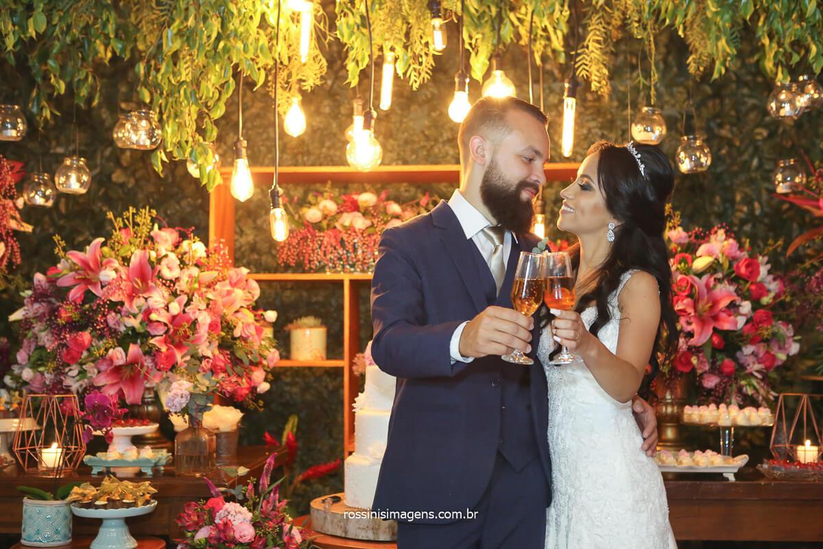 casal juntos na mesa do bolo matrimonio de luxo decoração flor de lotus, @RossinisImagens