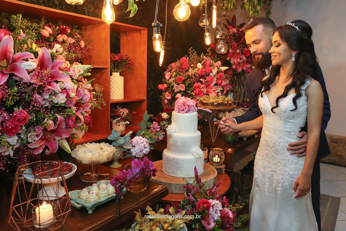noivos cortando o bolo do casamento, fotografo de casamento noivos cortando o bolo, @RossinisImagens