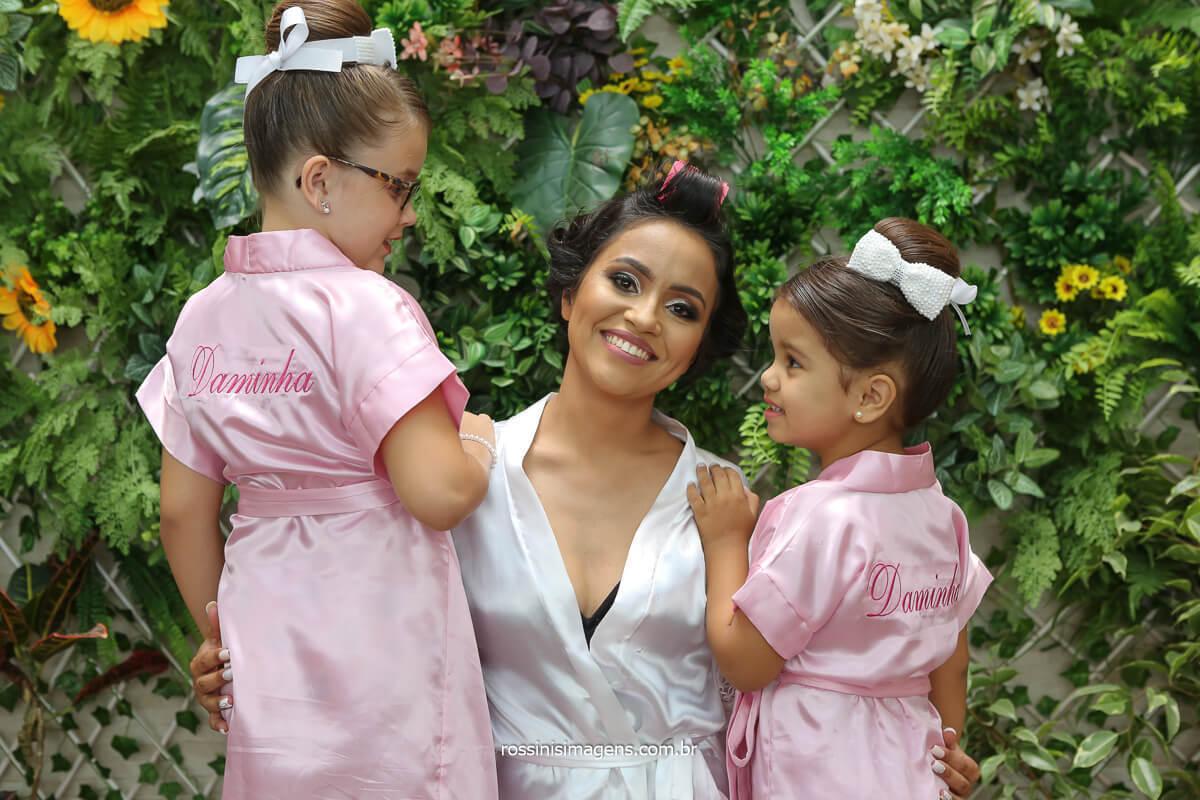 daminha e florista com a noiva no making of dia da noiva em Suzano, casamento, salao studio bendita beleza noiva e suas crianças, @RossinisImagens