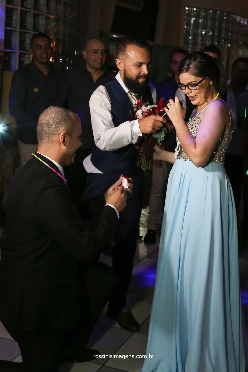 pedido de casamento na hora do buquê, aliança de noivado