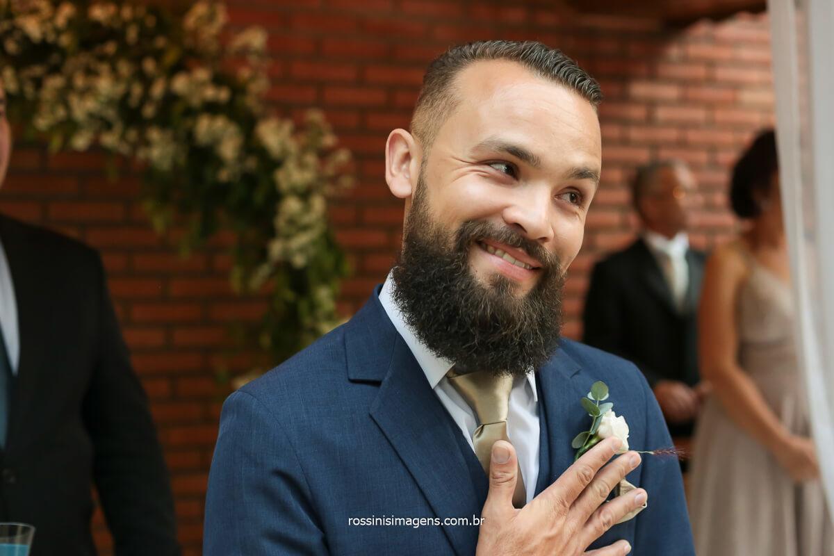 fotografia de casamento de dia, noivo ansioso pela entrada da noiva,, @RossinisImagens