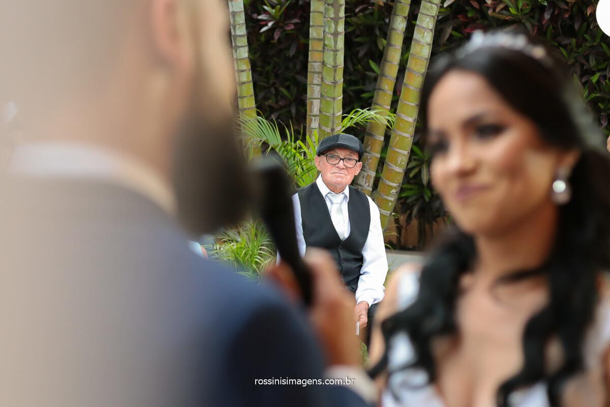 fotografia de casamento, noivos fazendo os votos e avo emocionado ao fundo com a linda homenagem que recebeu, @RossinisImagens