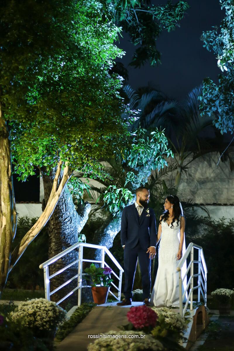sessão de fotos de casal noturna apos a cerimonia de casamento, casamento de tarde com iluminação de flash , @RossinisImagens