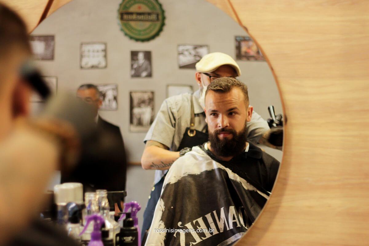 fotografia de casamento noivo antes do sim na barbearia em suzano, barbearia All Capone, @RossinisImagens