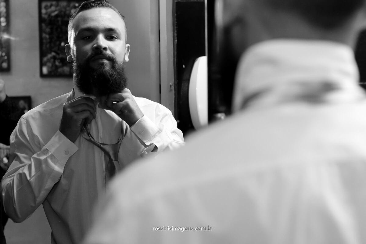 fotografia de casamento noivo na barbearia All Capone em Suzano, fotos de casamento, @RossinisImagens