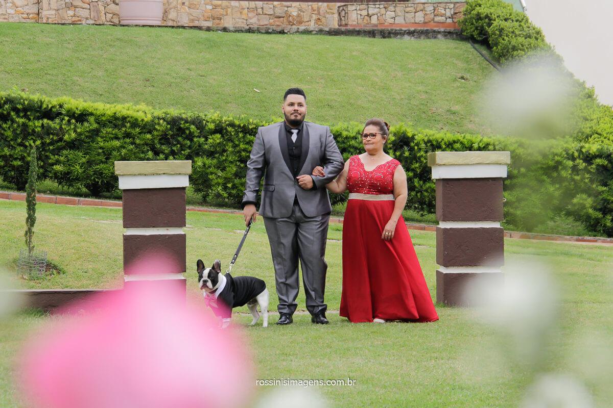 casamento na chácara torres noivo entrando com sua mãe e o pet