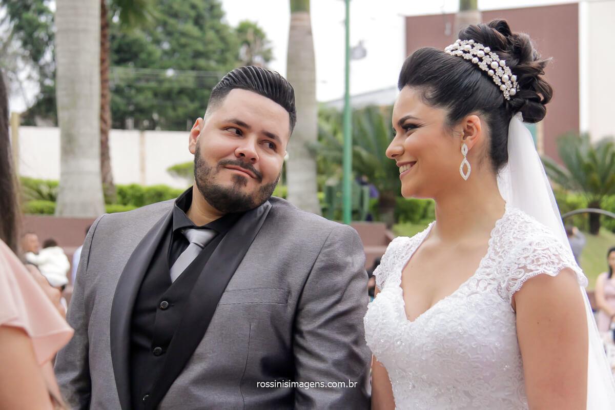 o olhar do noivo para a noiva na cerimonia