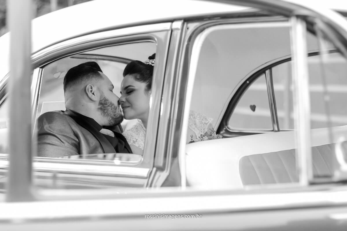 sessão de fotos aconteceu logo apos a cerimonia de casamento no jardim da chácara com o carro da mak clássicos