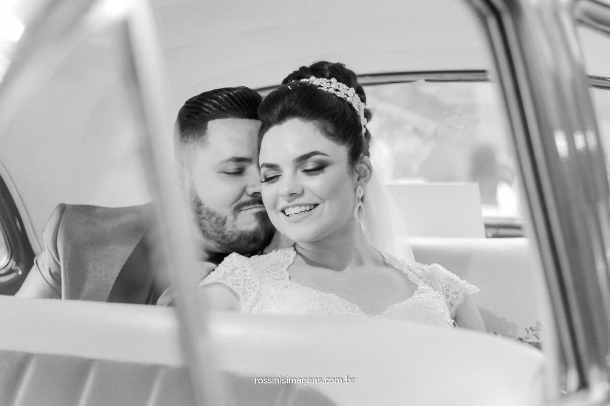 casal de noivos em sessão fotográfica, noivo abraçando a noiva
