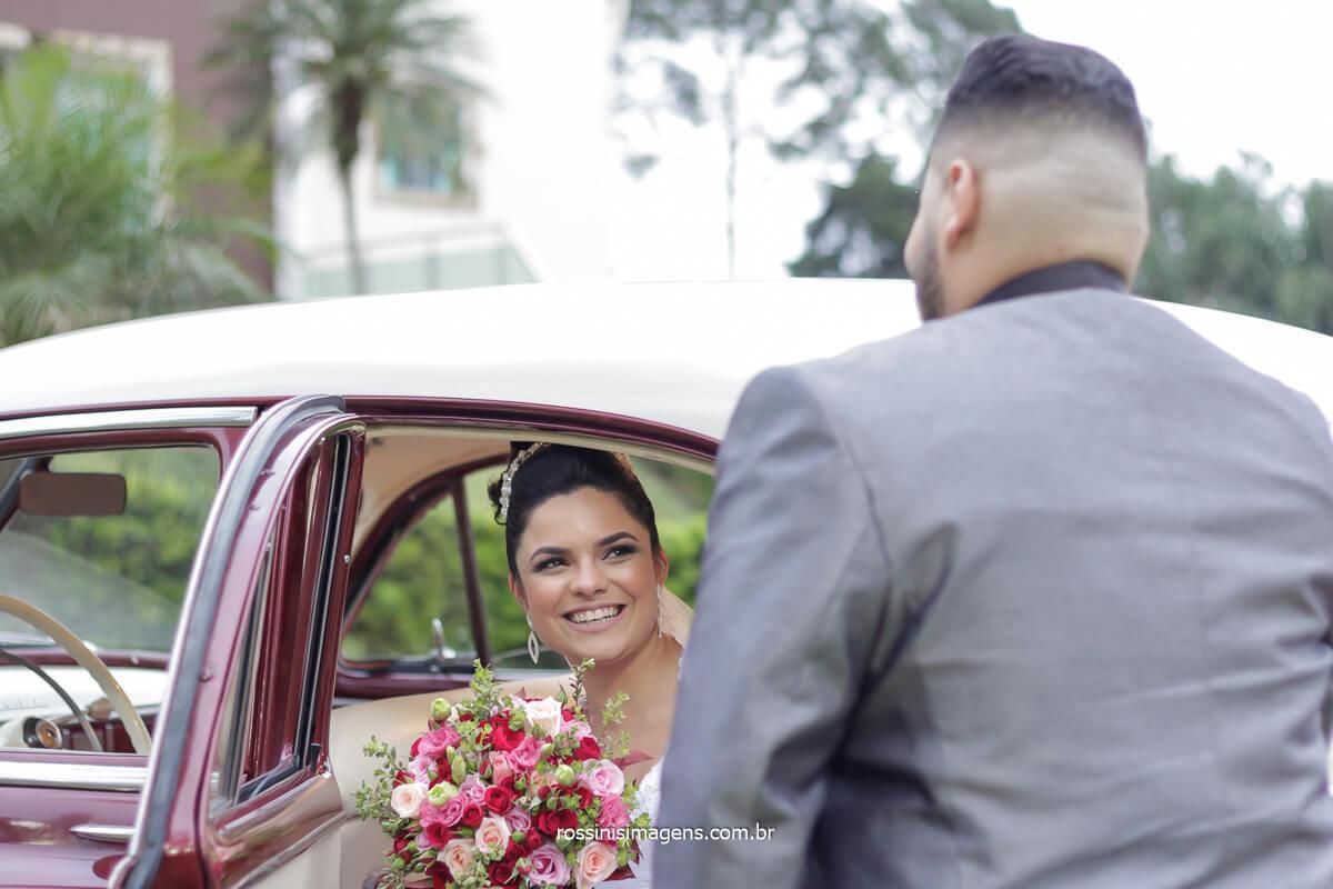 noivo abrindo a porta do carro para a noiva