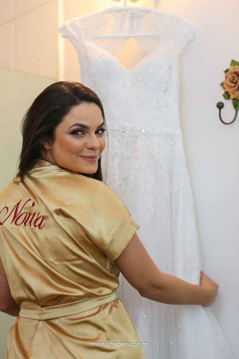 fotografia da noiva no making of dia da noiva, robe personalizado, vestido da noiva branco rico em detalhes