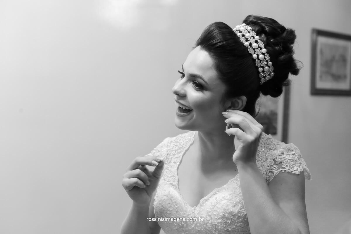 foto da noiva colocando o brinco, no salão D.C Cabeleireiros no Itaim paulista