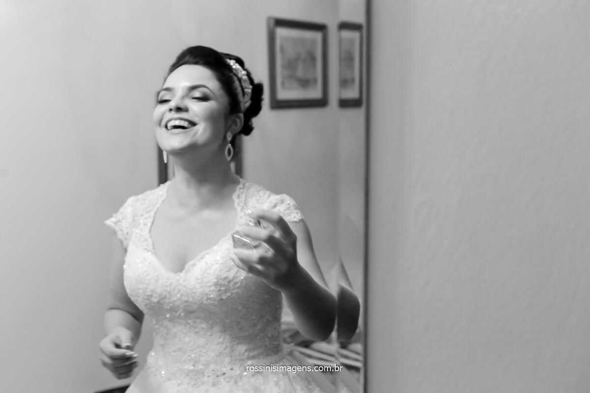 fotografia da noiva passando perfume, dia da noiva, luxo de casamento, parfun, perfume,