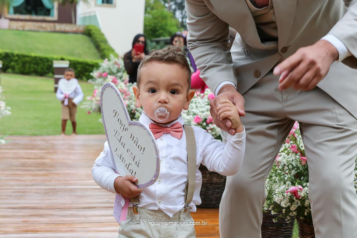 entrada do pajem, crianças com plaquinhas, crianças na cerimonia de casamento