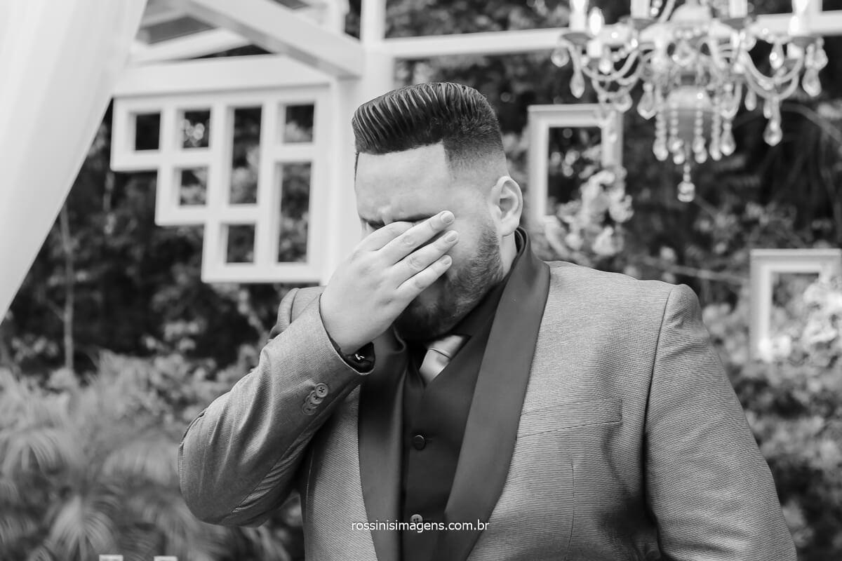 fotografia do noivo no momento da entrada da noiva, ansiedade, nervosismo, choro e muita emoção