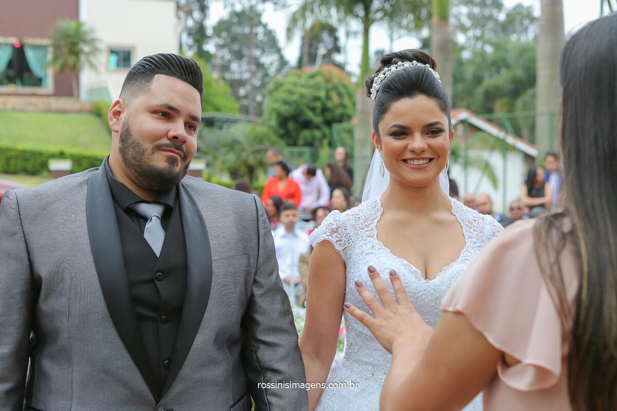 casal apaixonado, cerimonia da casamento em poá na chácara torres por Débora Limah casal sorrindo durante a celebração