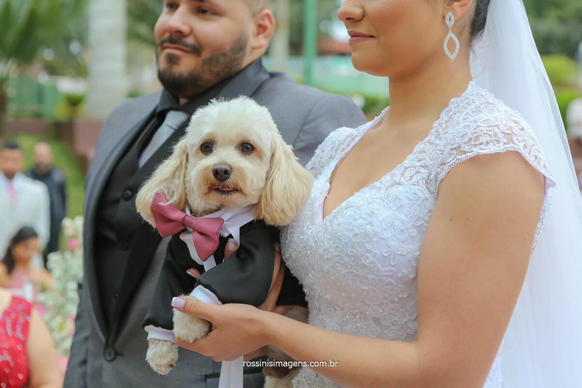 alianças com o pet noiva com pet no colo no casamento, casal apaixonados por pet, paixão por cachorro, casamento com os filhos pet
