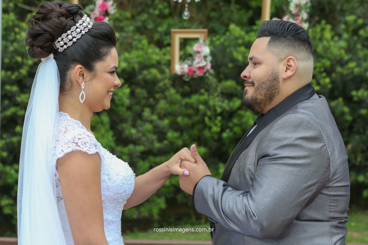 fotografia dos votos do casal Erica e Rodrigo em poá