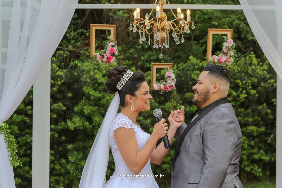 fotografia de casamento votos do casal Erica e Rodrigo em poá