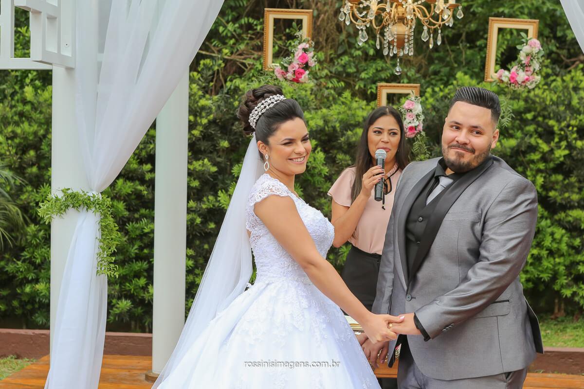 fotografia do casal olhando para os convidados especias desse grande dia