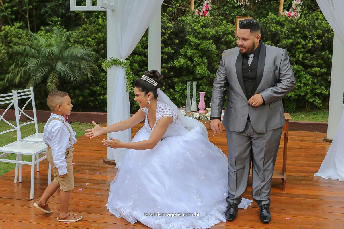 comprimento das crianças com os noivos apos a cerimonia de casamento