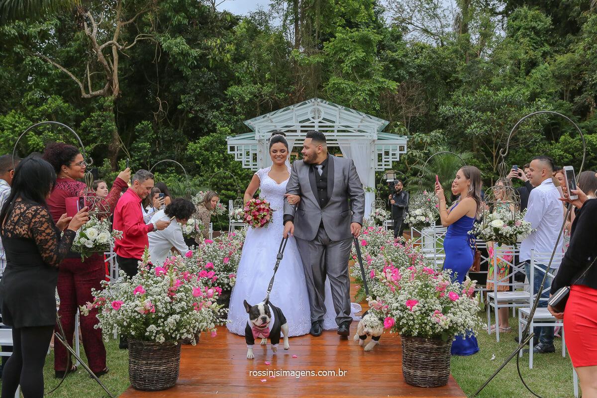saida dos noivos com os pet, dog, pet lovers fotografia de casamento com pet, casamento com pet Erica e Rodrigo Casamento em Poá, casamento de dia ao ar livre
