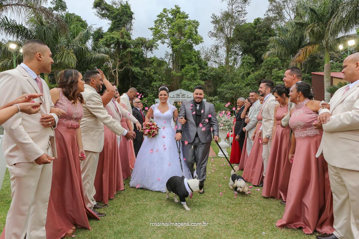 Saída dos noivos com os cachorrinhos, pet lovers, apaixonados por pet, casamento ao ar livre
