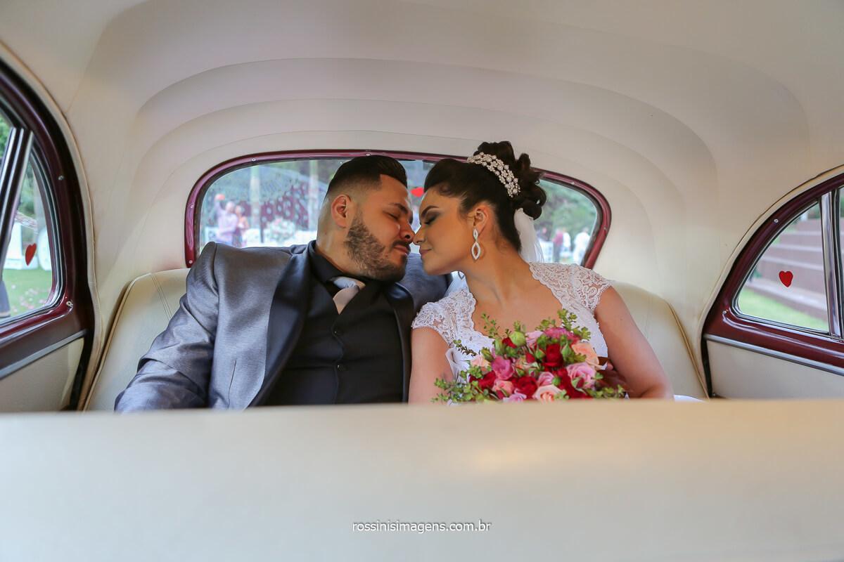 fotografia do casal no carro clássico da mak clássicos