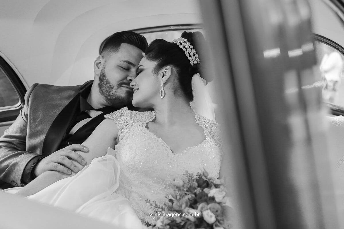 casamento ao ar livre fotografia pb do casal no carro