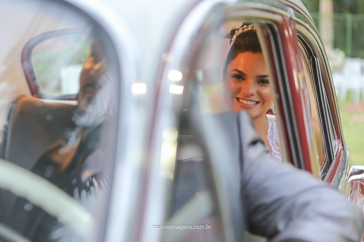 retrato de noiva no carro clássico com o noivo dirigindo, casamento de dia ao ar livre