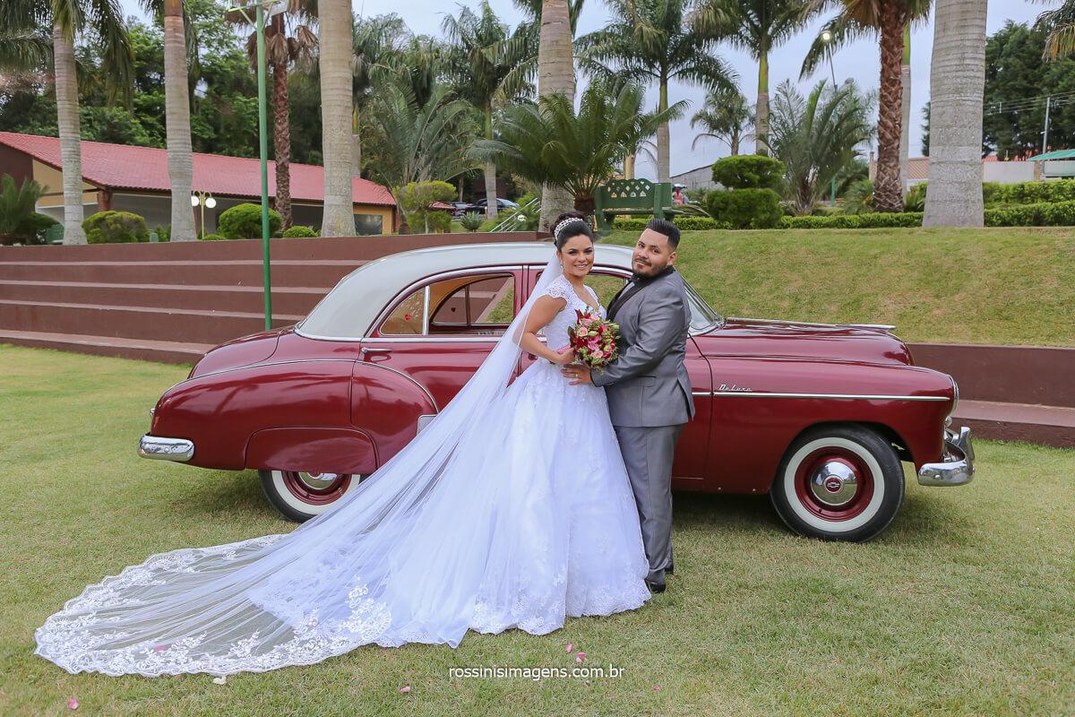 fotografias da sessão de fotos do casamento em poá ao ar livre com o casal e o carro clássico