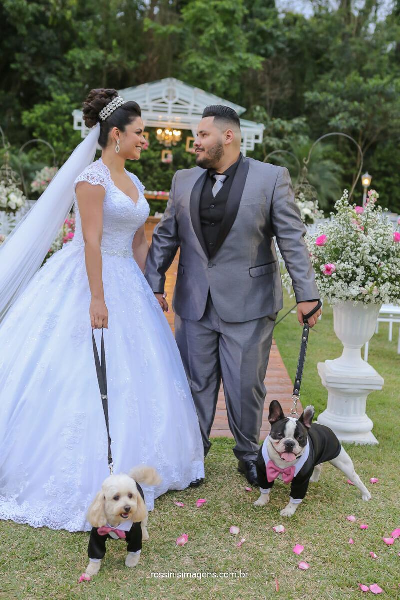 casal olhando seus pet, amor por pet, amor por cachorrinhos, pug e poodle casal erica e Rodrigo casaram em poá