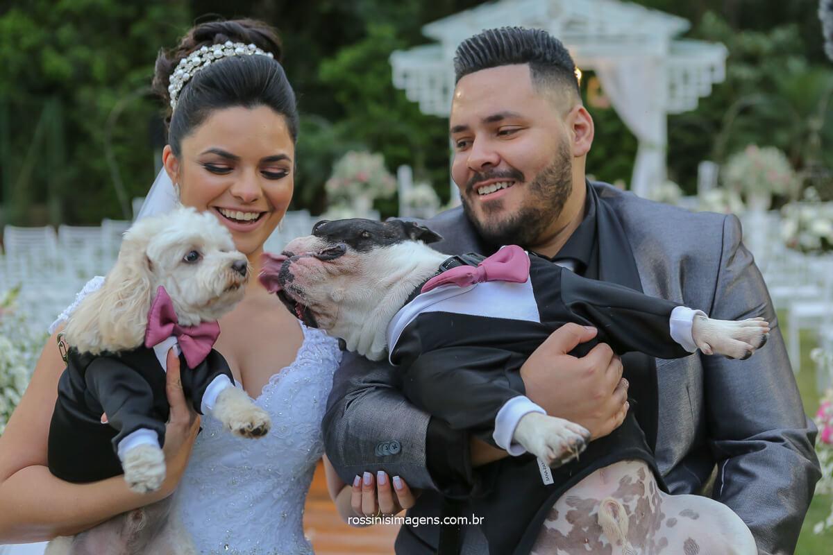 casal de noivos no casamento com os pet apos o cerimonial na sessão de fotos, apaixonados por pet, cão, Pug, Poodle, lover pet