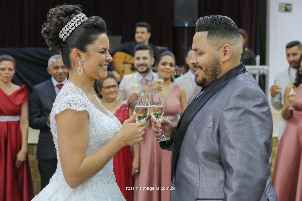 brinde do casal na pista de dança, fotografia de brinde de casamento