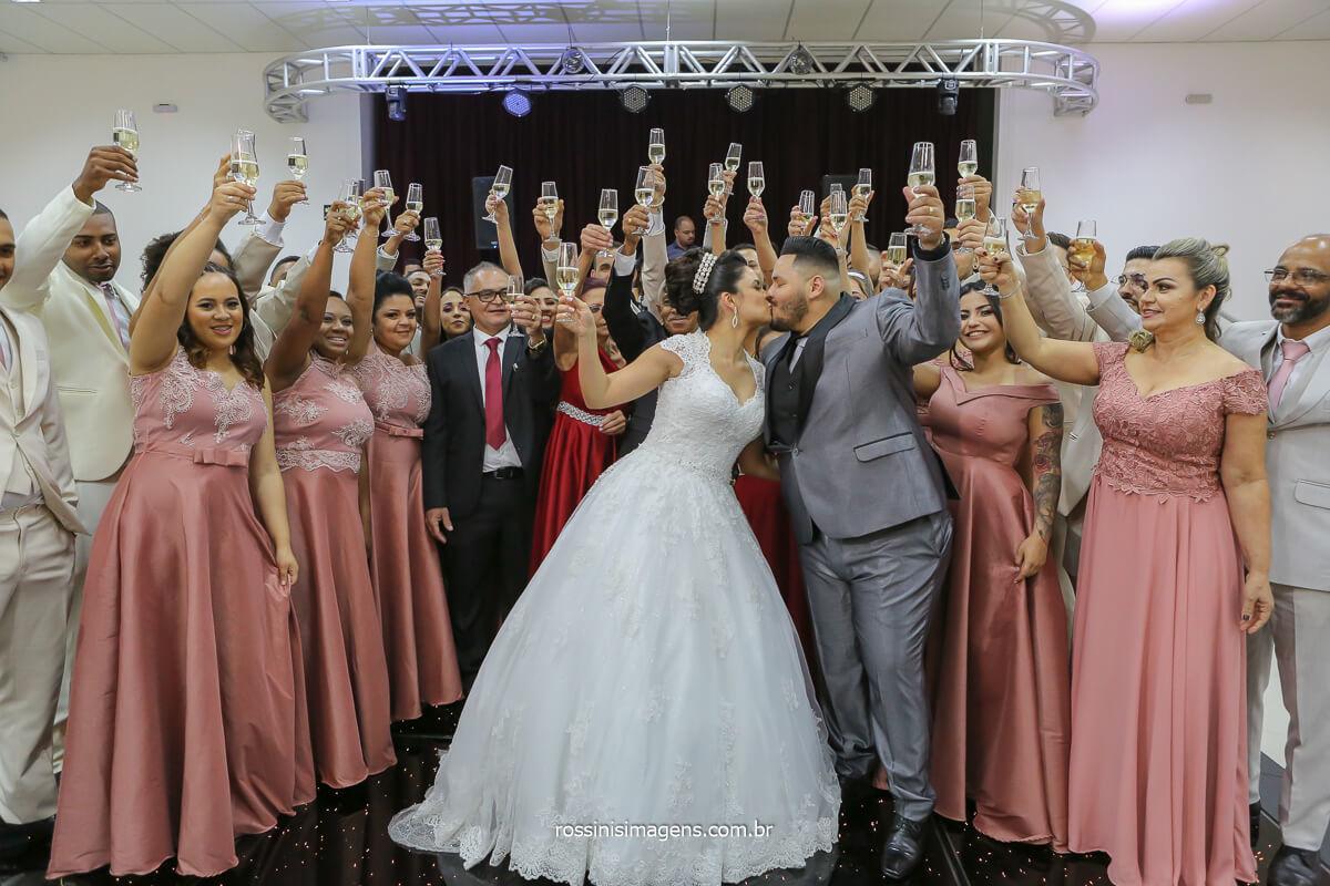 fotografia brinde do casal na pista de dança com os pais e padrinhos, wedding day, chácara Torres em Poá, Débora Limah Cerimonial
