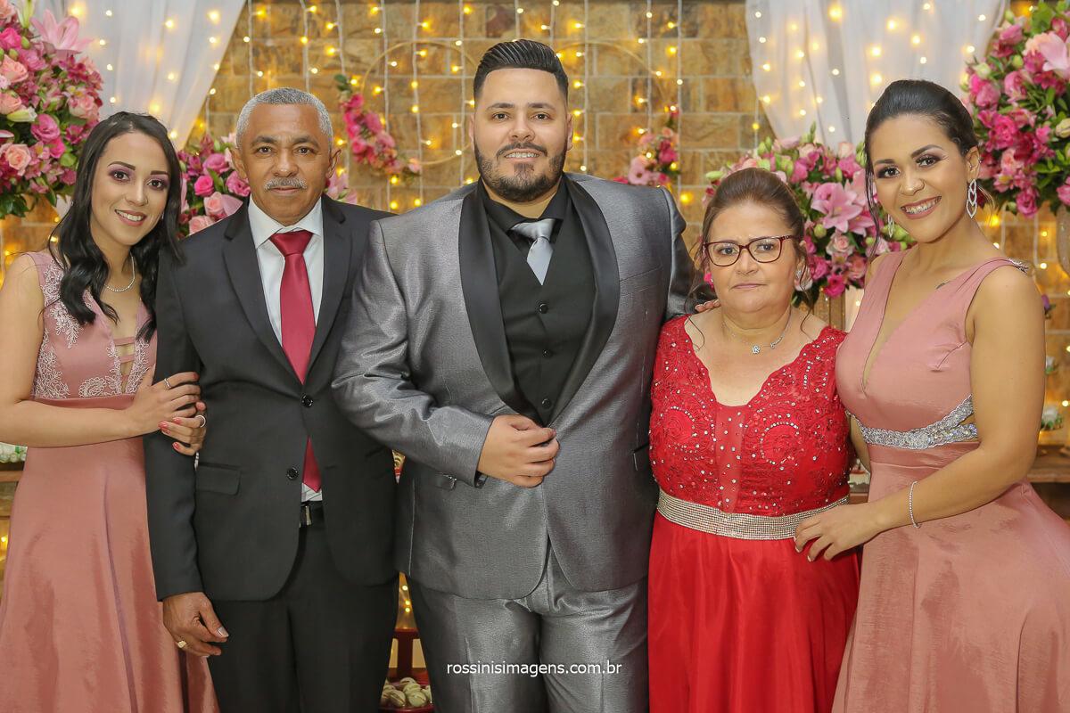 fotografia de família do noiva com os pais e irmãs
