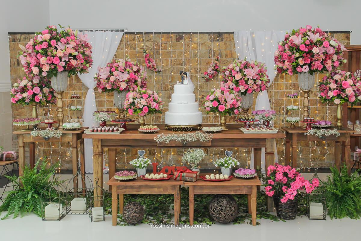 fotografia da decoração da mesa do bolo mostrando todos os detalhes dessa linda decoração da Neide Decorações