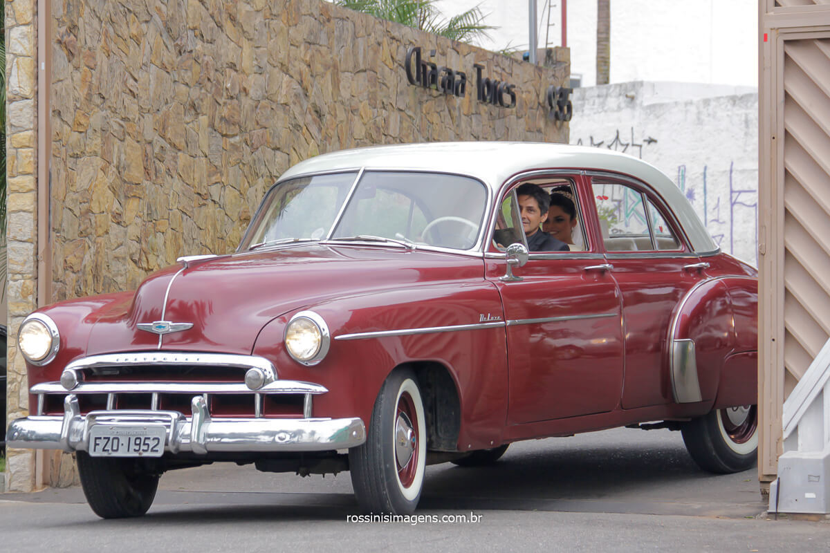 fotografia da chegada da noiva na chácara Torres em Poá para a cerimonia de casamento com o carro Clássico da Mak Clássicos