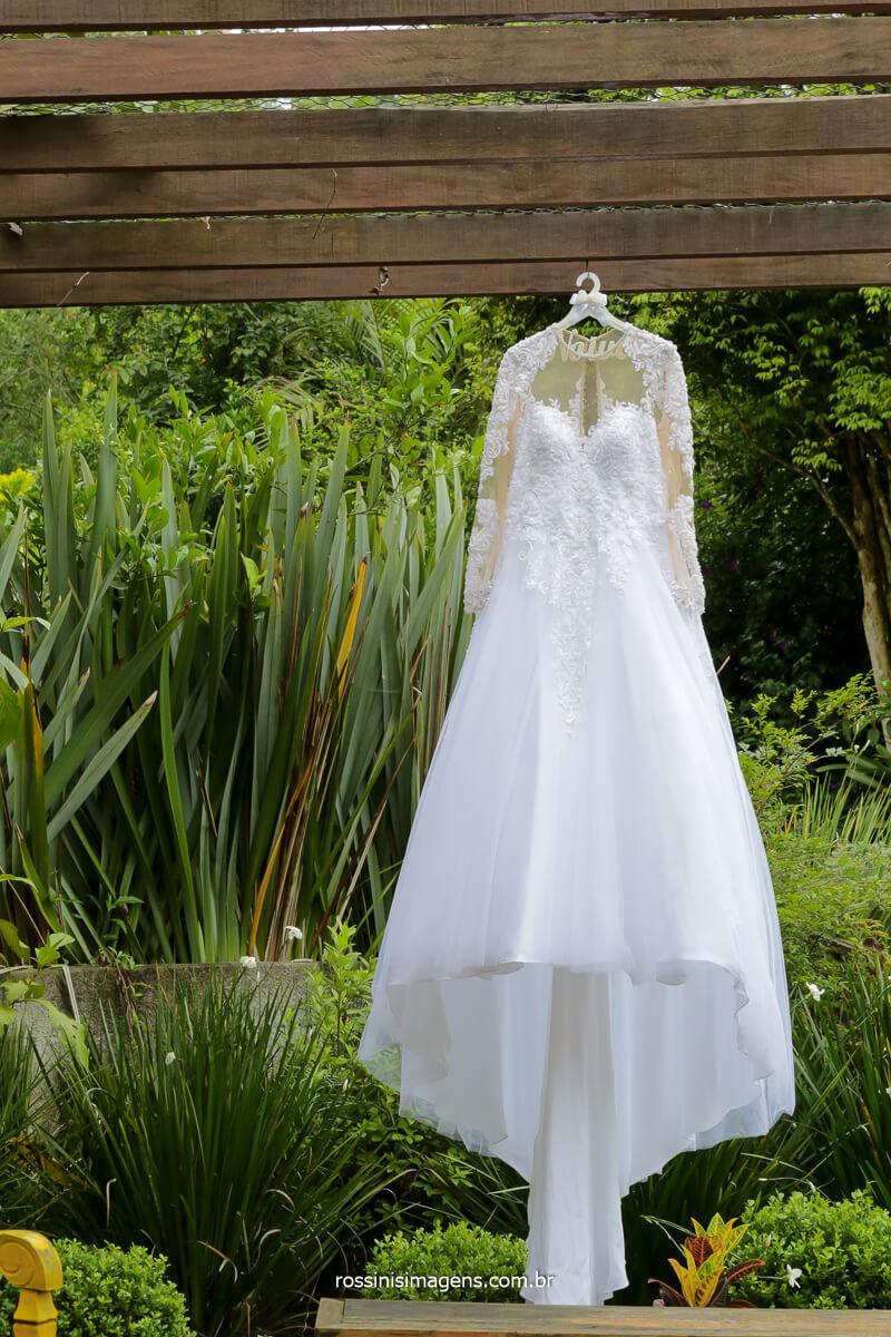 fotografia de casamento no espaço vista verde em ribeirão, foto do vestido da noiva, mostrando os detalhes desse vestido lindo e maravilhoso, fotografia @RossinisImagens